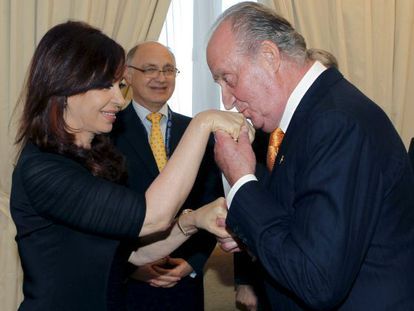 The king kisses the hand of President Fernández de Kirchner at a past summit in Mar del Plata.