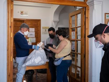 The mayor of Gines, Seville, gives indications to volunteers distributing masks.