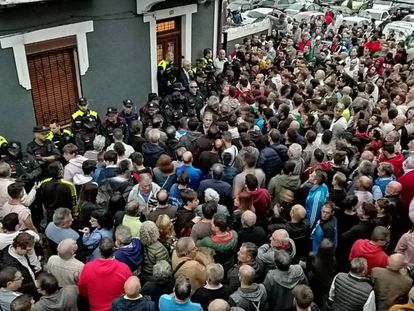 A crowd intimidated squatters into leaving this home in Portugalete (Spanish narration).