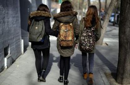 Girls wearing similar clothes on a Madrid street.