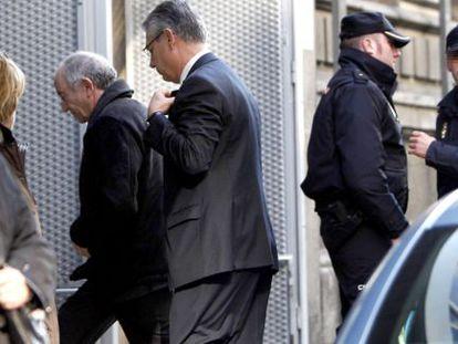 Miguel Ángel Fernández Ordóñez enters the High Court to testify before Judge Fernando Andreu.