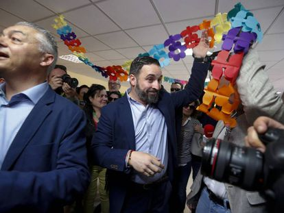 Santiago Abascal, en un colegio electoral de Pinar del Rey (Madrid).