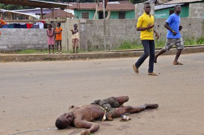 A man lies dead in the streets of Monrovia (Liberia), possibly as a result of the Ebola virus.