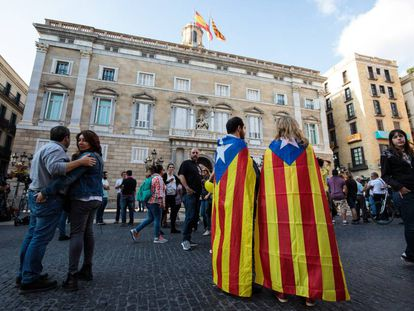 Two people with the pro-independence flag on Saturday outside the Palau de la Generalitat.