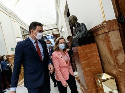 Spanish Prime Minister Pedro Sánchez (l) and Economy Minister Nadia Calviño arriving in Congress on June 17.