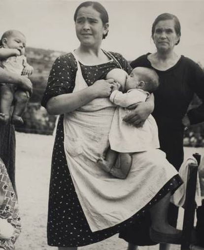 One of Horna's best-known pictures shows this woman breastfeeding her son in Vélez Rubio in 1937.