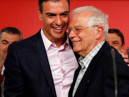 The PSOE candidate for European elections Josep Borrell (r) with acting PM Pedro Sánchez.
