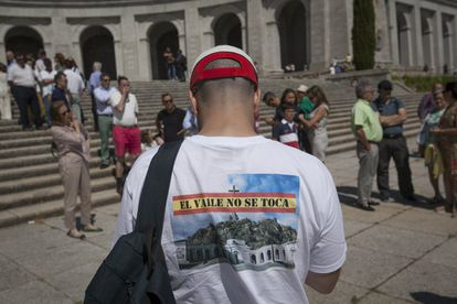 """A protester wears a t-shirt with the slogan: """"Do not touch the Valley."""""""