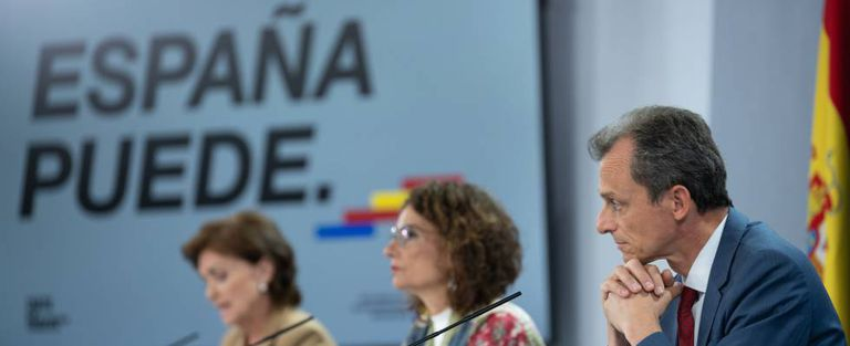 Left to right: Deputy PM Carmen Calvo, government spokesperson María Jesús Montero and Science Minister Pedro Duque.