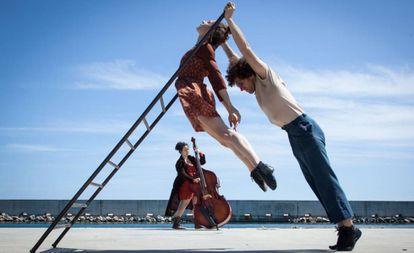 The Twisting the Balance political circus will perform at Madrid's Parque Forestal de Valdebernardo.