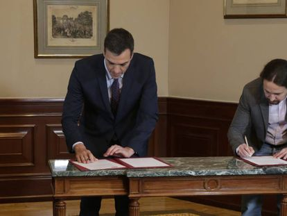 The leader of PSOE, Pedro Sánchez and the leader of Unidas Podemos, Pablo Iglesias, sign the coalition agreement between their parties.