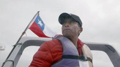 Salvador Vergara sails around Chopos Island.