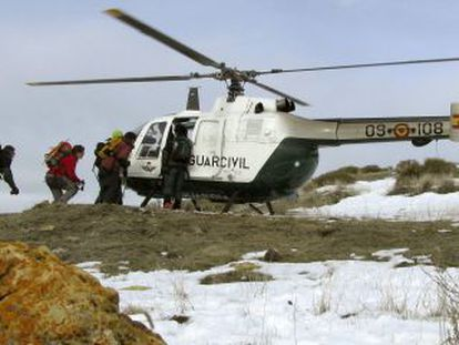 A Civil Guard rescue unit searches for a hiker in Sierra Nevada (Granada) in 2009.