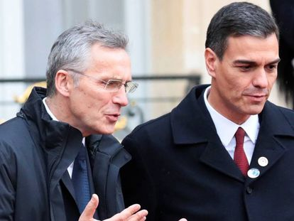 Pedro Sánchez (r) with NATO secretary general Jens Stoltenberg in Paris on Sunday.