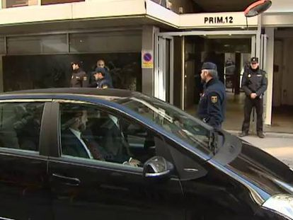 Savers who lost money through Caja Madrid's preferred shares attack the car of bank's former chairman, Miguel Blesa.