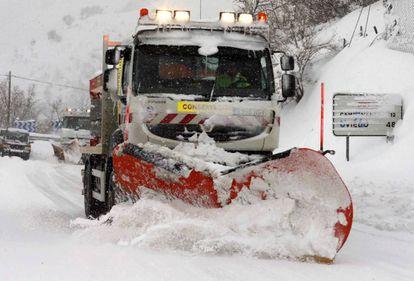 Snowplows at work in Pajares (Asturias).