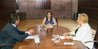 Regional tourism chief Yaiza Castilla with two representatives from the insurance company AXA.