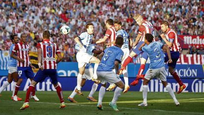 Toby Alderweireld heads in to level the match for Atlético Madrid.