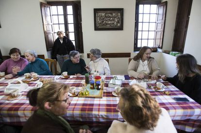 Participants in the initiative have breakfast together in the Betanzos convent building.