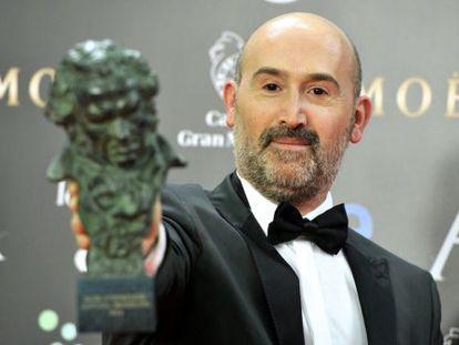 Spanish actor Javier Cámara holds his award for best actor in the film 'Vivir Es Facil Con Los Ojos Cerrados'.