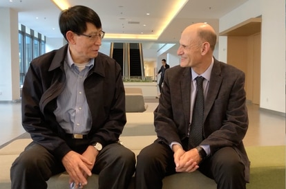 The Chinese scientist Ji Weizhi, a senior author of the study, and the Spaniard Juan Carlos Izpisúa.