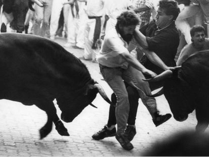Two runners collide as they try to get out of the way of the bulls at Sanfermines in 1988.