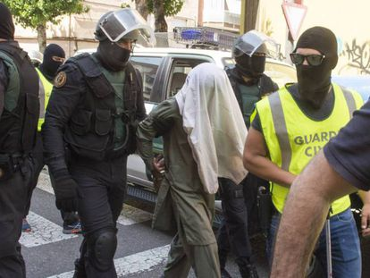 Civil Guard officers with a jihadist suspect in the Catalan city of Lleida.