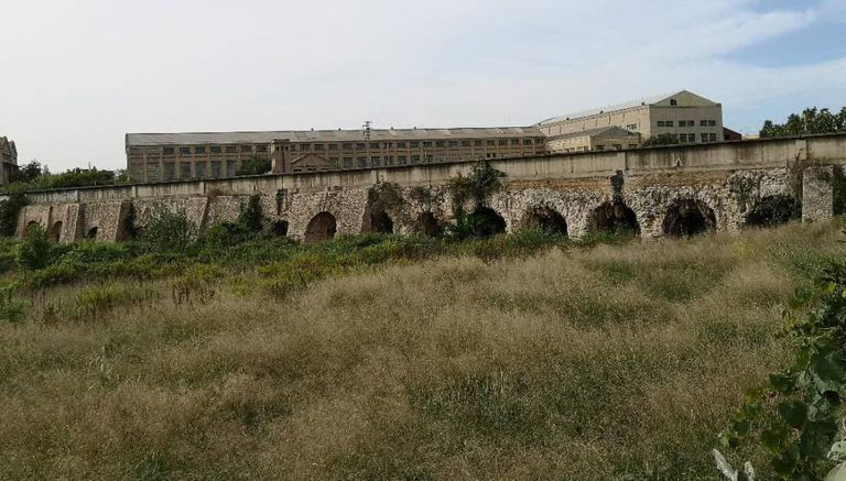 A stretch of the Roman aqueduct has survived in Manises, in the Valencia region.