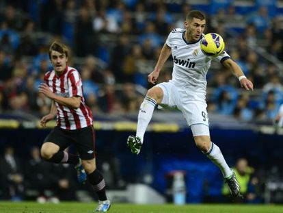 Real Madrid's Karim Benzema controls a ball during the match with Athletic Bilbao.