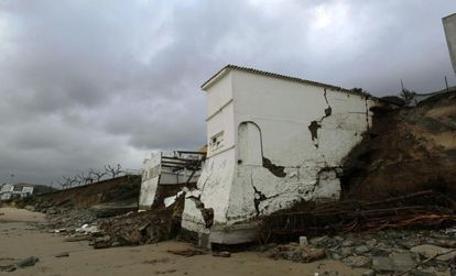 These buildings on the beach in Miño, in the province of A Coruña, have suffered serious damage in recent storms.