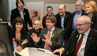 Ousted Catalan premier Carles Puigdemont (center) follows the results of the regional election from Brussels.