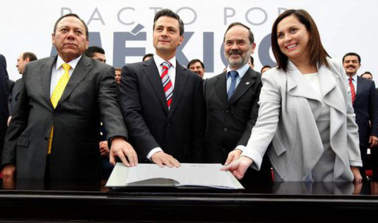 From left: Jesús Zambrano (PRD), Peña Nieto, Gustavo Madero (PAN) and Cristina Díaz (PRI) sign the pact.