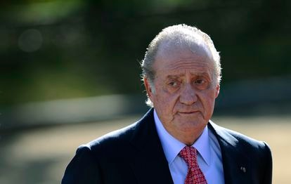 A file photo of Juan Carlos waiting for Chile's Sebastian Pinera in Madrid on March 7, 2011.