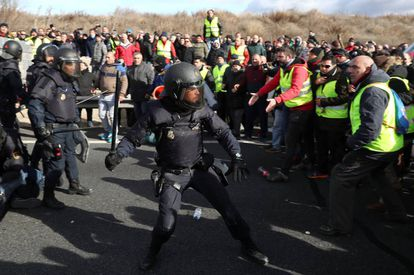 Police clash with striking taxi drivers as they try to block the M-40 road in Madrid.