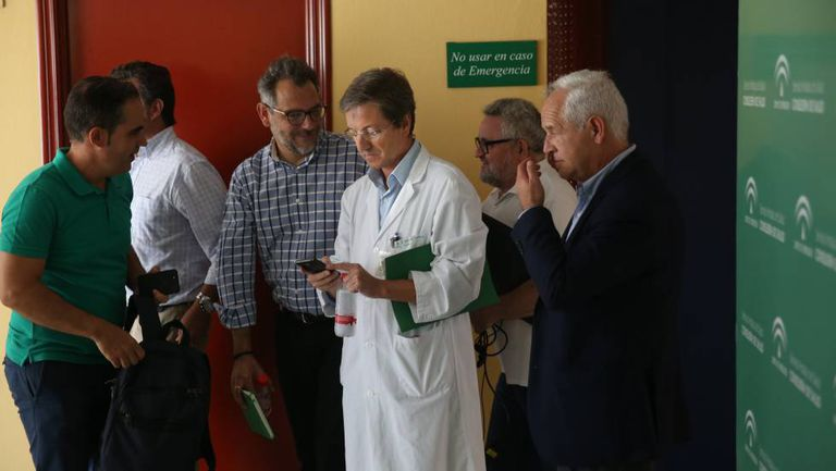 The Andalusian regional government's spokesperson for the group monitoring the outbreak, José Miguel Cisneros (c).