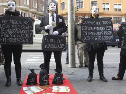 """A protest against """"floor clauses"""" in Madrid."""