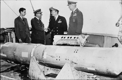 Spanish General Arturo Montel (left) congratulates US Deputy Admiral W. S. Guest after finding one of the bombs.