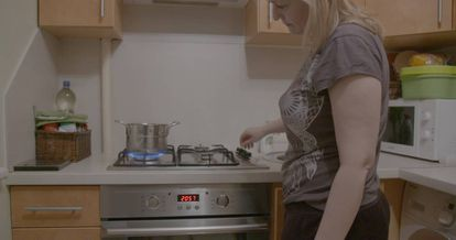 Una mujer letona cocina con gas en su casa a las afueras de Riga.
