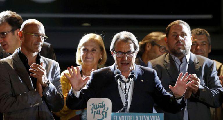 Artur Mas addresses crowds on Sunday night.