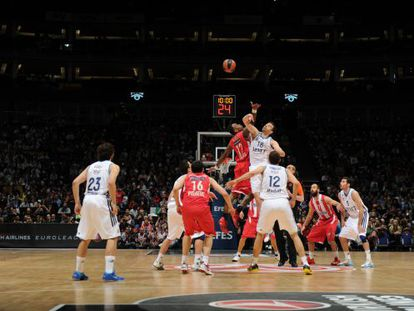 Olympiacos and Real Madrid players vie for the ball in Sunday's Euroleague final in London.
