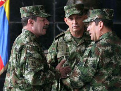 Generals Juan Pablo Rodriguez (r) and Jaime Lasprilla (c), who are named in HRW report.