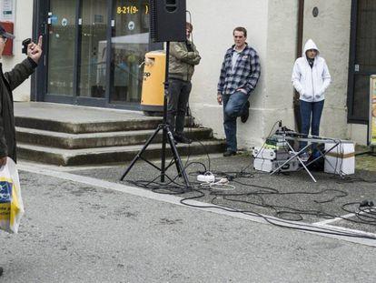 Louis Eriksen gives a group of Islamophobes, SIAN, the finger in Kongsberg, on September 23.