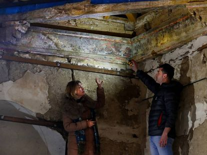Izaskun Villena, technical director of the Tierra de Campos Restoration Foundation, and Marcos Pérez Maldonado, head of construction, point out the remains of the coffered ceiling in the Cuenca de Campos convent.