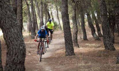 Cyclists in La Pedriza in the Sierra de Guadarrama National Park, Madrid.