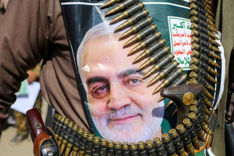 A Yemeni with a photograph of General Suleimani.