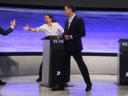 Saludos entre Albert Rivera, Pablo Iglesias y Pedro Sánchez en el debate organizado por EL PAÍS.