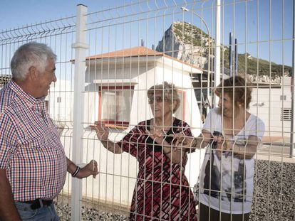 The siblings Manuel Márquez and Eustaquia Aquilina, with the latter's daughter Janet Sánchez, at the Spain-Gibraltar border.