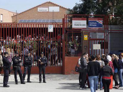 The gates of the Ciudad de Jaén school on Monday.