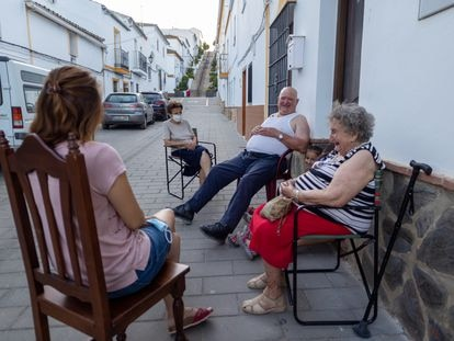 Francisca Sánchez and her husband, José Ibáñez, chat to their neighbor, Catalina Sánchez in Algar (Spanish audio).