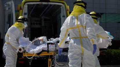 A coronavirus patient is transferred to Puerta de Hierro hospital.